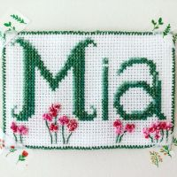Name tag for roommate #1 🌸 Cross stitch with french knots for details 💫 • • • #green #pink #flowers #name #nametag #embroidery #crossstitch #crossstitchembroidery #broderi #korssting #instacreative #creative #create #yarn #collonyarn #acrylicyarn #dmcyarn #dmcthreads #embroideryart #modernembroidery #embroiderylove #dmc #stitchfiddle @dmc_embroidery @dmc_crafts @panduroofficial